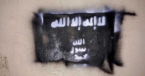 """Рисунок флага ИГИЛ (признанного 29 декабря 2014 г. Верховным судом России террористической организацией) на стене здания в Грозном. Чечня, 10 февраля 2015 г. Фото """"Кавказского узла"""""""