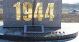"""Цветы на стелле, симвализирующей год трагедии в Ингушетии. Фото Ахмеда Альдебирова для """"Кавказского узла"""""""