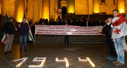 """Поминальные свечи между грузинскими и чеченскими флагами. Фото Беслана Кмузова для """"Кавказского узла"""""""