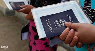 Украинский паспорт в руках переселенца. Фото: Эдуард Корниенко, ЮГА.ру, http://www.yuga.ru/media/3c/6c/ek_8026__hefdzn4.jpg