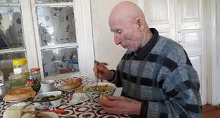 """Полностью ослепший 80-летний беженец из Баку Микаел Маилян. Фото Алвард Гриорян для """"Кавказского узла"""""""