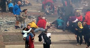 "После первого взрыва в Бостоне. Фото: Aaron ""tango"" Tang, https://ru.wikipedia.org/wiki/%C2%E7%F0%FB%E2%FB_%ED%E0_%C1%EE%F1%F2%EE%ED%F1%EA%EE%EC_%EC%E0%F0%E0%F4%EE%ED%E5"