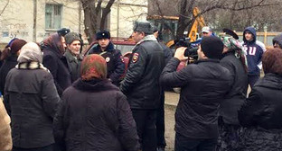 """Полиция оттесняет протестующих жильцов от места строительства многоэтажки. Фото Тимура Исаева для """"Кавказского узла"""""""