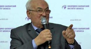Ректор Института бизнеса Феликс Хараев. Кадр из видео пользователя zapravakbr http://www.youtube.com/