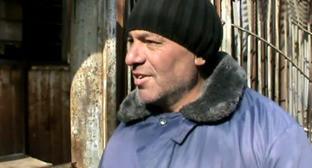 """Дживан Симонян, торговец на рынке, во время блиц-опроса. Гюмри, март 2015 г. Кадр из видео """"Кавказского узла"""""""
