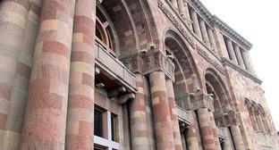 """Колонны здания парламента Армении. Фото Армине Мартиросян для """"Кавказского узла"""""""