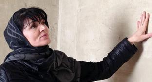 """Эльмира Багирчаева показывает дом, в котором ее семья прожила 14 лет. Февраль 2014 г. Фото Патимат Махмудовой для """"Кавказского узла"""""""