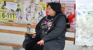 """Женщина на остановке. Владикавказ. Фото Ахмеда Альдебирова для """"Кавказского узла"""""""