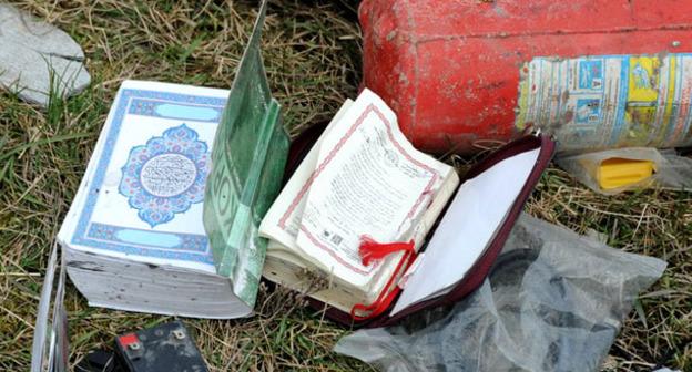 Исламская литература, изъятая сотрудниками силовых структур во время спецоперации. Фото http://nac.gov.ru/