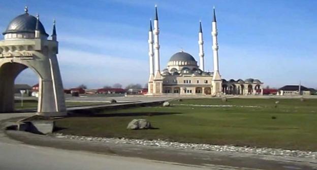 Мечеть в селе Джалка. Чечня. Кадр из видео пользователя antipovic http://www.youtube.com/watch?v=HfZ-aHdiIhU