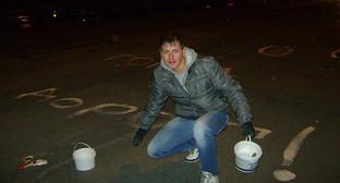 """Активист на акции """"Ямы в цветы"""". Фото: http://bloknot-volgograd.ru/news/v-volgograde-snova-proshla-aktsiya-yamyvtsvet-588745?sphrase_id=48856"""