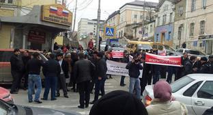 Пикет возле здания Верховного суда Дагестана, где начался процесс по делу Магомедгусена Насрутдинова, Махачкала 1 апреля 2015 год. Фото Марата Насрутдинова