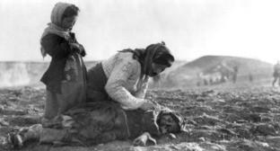 Армянская женщина на коленях перед мертвым ребенком. 1915 г. Фото: en:American Committee for Relief in the Near East - from usa gov site https://ru.wikipedia.org/