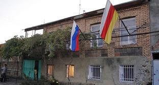 Флаги россии и Южной Осетии. Фото: http://www.ossetia.ru/news/politics/ideya_soyuza_s_rossiey_vvergla_tskhinval_v_krizis.html