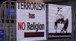 """Плакаты перед зданием парламента. Фото Инны Кукуджановой для """"Кавказского узла"""""""