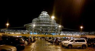 Здание международного аэропорта имени Гейдара Алиева. Фото: https://ru.wikipedia.org/wiki/%C0%FD%F0%EE%EF%EE%F0%F2_%E8%EC%E5%ED%E8_%C3%E5%E9%E4%E0%F0%E0_%C0%EB%E8%E5%E2%E0