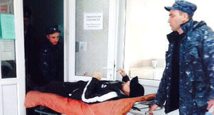 Сотрудники полиции забирают Ислама Кубанова в следственный изолятор из стационара после операции. Фото: Галина Урусова