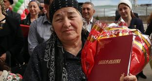 Переселенцы из Чечни получили ордера на квартиру. Фото: http://www.ingushetia.ru/m-news/archives/ZS1A5687.JPG