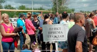 Беженцы с Украины около пункта временного размещения. Фото: http://bloknot-rostov.ru/news/rostovskoy-oblasti-uvelichili-kvotu-na-inostrantse-595092