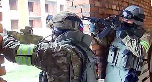 Представители силовых структур на спецоперации. Фото: http://nac.gov.ru/nakmessage/2015/04/02/v-khasavyurte-neitralizovan-glavar-kizlyarskoi-bandgruppy.html