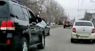 Охранник из джипа сопровождения кортежа Абдулатипова бьет полицейским жезлом по боковым зеркалам окружавшие автомобили. Махачкала, 1 апреля 2015 г. Кадр из видео пользователя MishkaKG http://www.youtube.com/watch?v=GZzEzujUah8