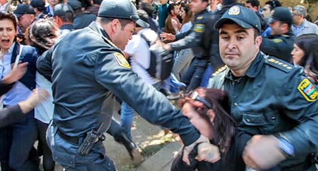 Сотрудники полиции задерживают протестующих против вынесения приговора активистам движения Nida. Баку, 6 мая 2014 г. Фото Азиза Каримова для «Кавказского узла»