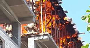 В Махачкале от пожара пострадал многоэтажный самострой. 19 мая 2015 г. Фото Бадрутдина Ихласова