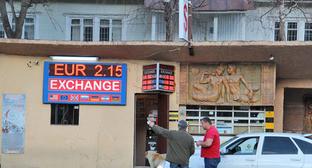 """Обмен валюты. Казбеги, Грузия. Фото Магомеда Магомедова для """"Кавказского узла"""""""
