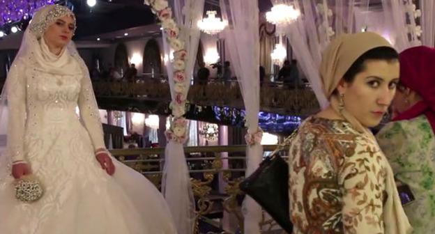 Свадьба главы Ножай-Юртовского РОВД с 17-летней девушкой. Грозный, 16 мая 2015 г. Кадр из видео пользователя Кавказская политика https://www.youtube.com/watch?v=2xpRgf28g90