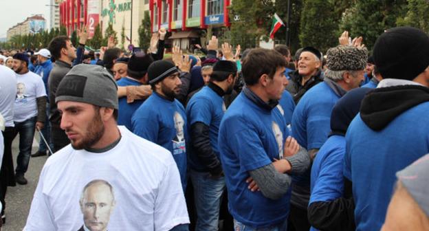 """Молодые люди на шествии в день рождения Путина в Грозном. Фото Магомеда Магомедова для """"Кавказского узла"""""""