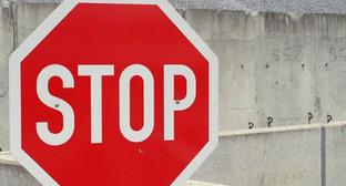 Дорожный знак. Фото http://kbrria.ru/proisshestviya/doroga-mezhdu-karasu-i-bezengi-perekryta-8284