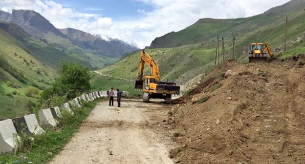 Восстановление дорожного полотна на участке дороги Безенги-Карасу в Черекском районе КБР. Фото предоставлено  Управлением автодорог КБР