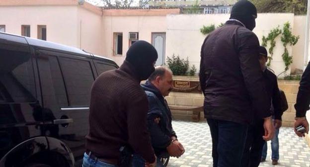 Рауфа Миркадырова доставляют в здание суда. Фото: RFE/RL http://www.radioazadlyg.org/