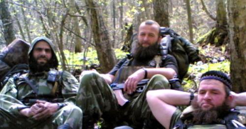 Аслан Бютукаев (в центре). Фото с одного из ресурсов, поддерживающих боевиков