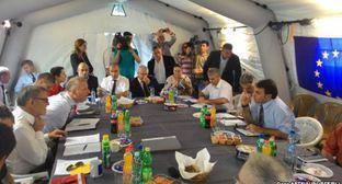 Встреча в Эргнети представителей Грузии и Южной Осетии, 25 июня 2015 год. Фото: Goga Aptsiauri, RFE/RL, http://www.ekhokavkaza.com/content/article/27091521.html