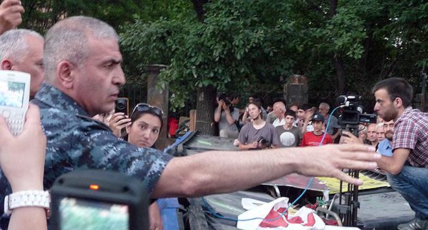 Заместитель главы полиции Армении Унан Погосян требует убрать динамики, поскольку у активистов нет разрешения на их использование. Фото Армине Мартиросян
