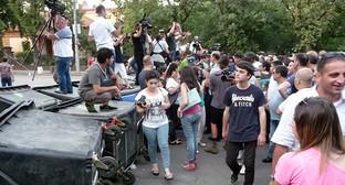 """Участники протеста против подорожания электроэнергии. Ереван, 1 июня 2015 г. Фото Армине Мартиросян для """"Кавказского узла"""""""