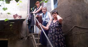 Тамар Джикия (на нижней ступени) — хозяйка дома по ул Сванидзе. Дома не ночует, пршла только затем, чтобы забрать оставшиеся пожитки. Фото Бнслана Кмузова