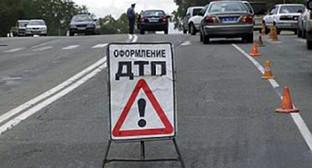 Оформление ДТП на трассе. Фото: http://skfo.ru/news/2012/10/12/V_dorojnoy_avarii_vChechne_1chelovek_pogib_i_3gospitalizirovany/
