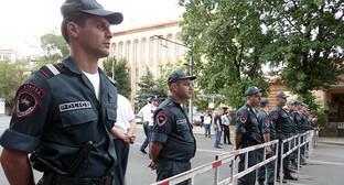 """Полицейские следят за протестной акцией. Ереван, 29 июня 2015 г. Фото Армине Мартиросян для """"Кавказского узла"""""""