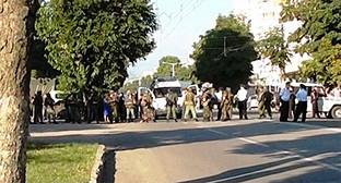 Оцепление на улице Нальчика. Фото: http://nac.gov.ru/nakmessage/2015/07/25/v-khode-kto-v-nalchike-presechena-deyatelnost-shesterykh-banditov-prichastnykh.html