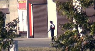 Сотрудник полиции на улице города во время проведения спецоперации. Фото: http://nac.gov.ru/nakmessage/2015/07/16/v-baksanskom-raione-kbr-neitralizovano-troe-banditov.html