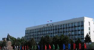 Площаь перед зданием администрации в махчкале. Фото: http://www.mi-dag.ru/news/189/chelovek_i_ego_delo/2010/06/24/5643/7