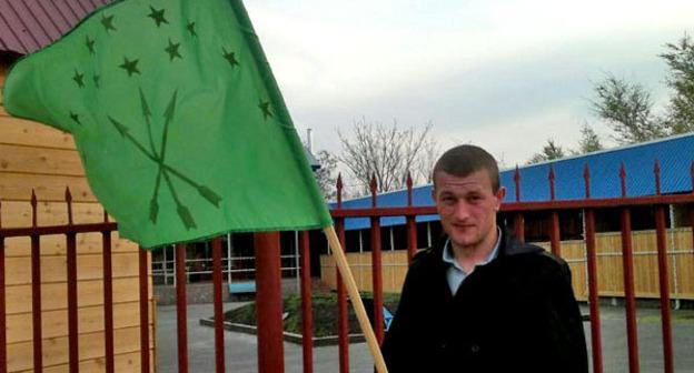 """Молодой человек держит в руках черкесский флаг. Фото Аси Копаевой для """"Кавказского узла"""""""