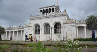 Здание железнодорожного вокзала в Сухуми. Фото: Александр Валов, http://blogsochi.ru/content/plokhaya-abkhaziya
