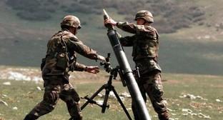 Солдаты на передовой готовят к стрельбе миномет калибра 82-мм. Фото: http://haqqin.az/news/51482