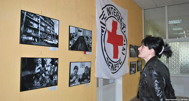 Фотографии и флаг Международного комитета Красного Креста. Жана Яновская, RFE / RL