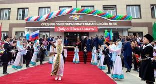 Открытие новой школы в махачкалинском поселке Семендер. Махачкала, 1 сентября 2015 года. Фото: http://president.e-dag.ru/novosti/v-centre-vnimaniya/ramazan-abdulatipov-prinyal-uchastie-v-otkrytii-novoj-shkoly-v-poselke-semender