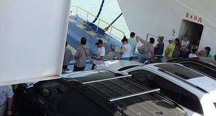 """Машины и пассажиры на борту парому Керченской переправы. Фото Нины Тумановой для """"Кавказского узла"""""""