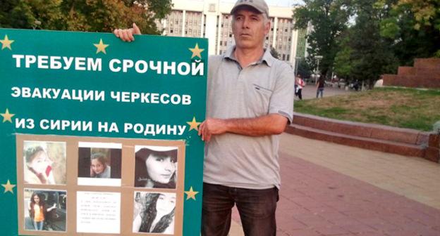 Участник пикета с требованием срочной эвакуации черкесов Сирии. Майкоп, 29 сентября 2015 г. Фото: Khazrail Khanakhok http://kavpolit.com/blogs/maykopkhase/19267/